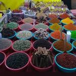 @instagram: Посетили знаменитый ночной рынок в Арпоре. Каждую субботу на огороженной площадке под открытым небом собирается куча народа. Кого здесь только нет... и торговцы всякими безделушками, и туристы пришедшие купить эти безделушки, и местные жители пришедшие ра
