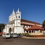 @instagram: Католическая Сиолимская церковь, рядом с которой располагается не самый простой перекрёсток. ???? Здесь в одном месте находятся небольшие магазины, ларьки с сигаретами и алкоголем, локальные кафешки несколько штук, коровы часто стоят посреди дороги и всё