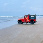 @instagram: На пляже всегда дежурят спасатели, ходят, свистят, если кто-то зашёл глубоко ???? . А глубоко для них порой даже по пояс, но, если есть волны ???? это может быть опасно ????