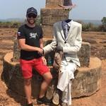 @instagram: Иду, гуляю себе спокойно и тут мне встретился #человекбезголовы ????. На самом деле обычная туристическая замануха. Зарабатывает он на чаевых наверное и неплохо, но сидеть весь день, весь туристический сезон - 100% очень тяжело ???????? . #форт #гоа #инди
